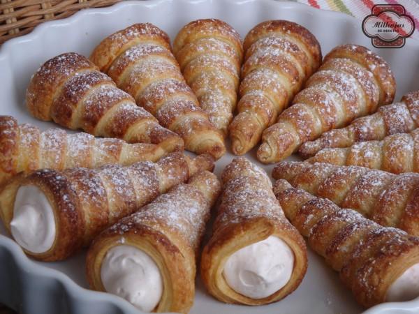 Canutillos de hojaldre rellenos de nata de fresa 2