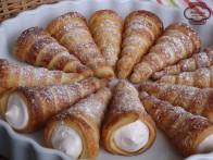 Canutillos de hojaldre con nata de fresa