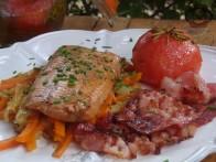 Salmón con verduras y tomate confitado